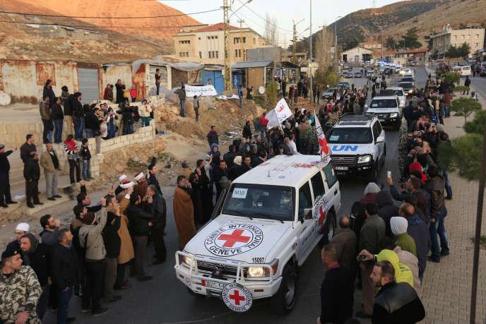 Le convoi transportant des combattants hostiles au régime syrien blessés traverse la frontière libanaise, le 28 décembre, en provenance de Zabadani.