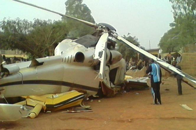 Carcasse de l'hélicoptère qui transportait Lionel Zinsou et six autres passagers et s'est écrasé à Djougou, dans le nord-ouest du Bénin, samedi 26 décembre 2016.