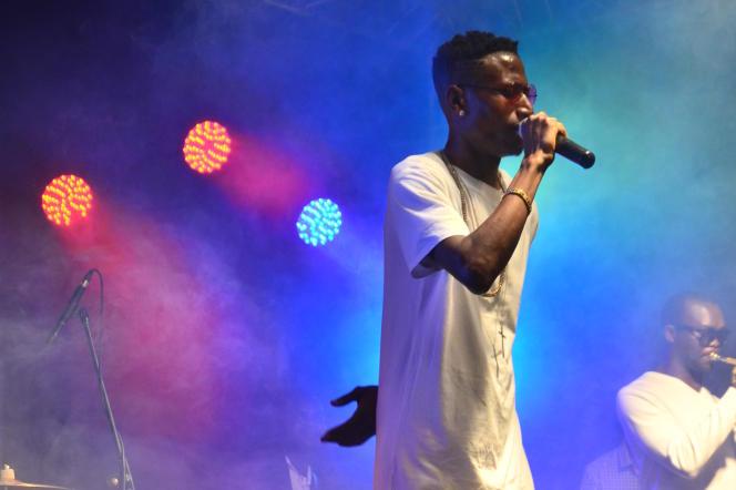 Le rappeur kénya Octopizzo sur scène.