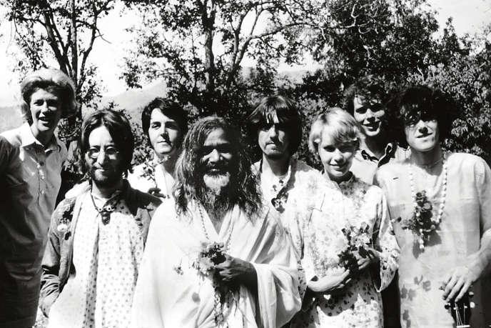 De gauche à droite, John Lennon, Paul McCartney, le Maharishi Mahesh Yogi, George Harrison; l'actrice américaine Mia Farrow et le chanteur anglais Donovan, lors de leur séjour en Inde en 1968. Ringo Starr ne figure pas sur la photo.