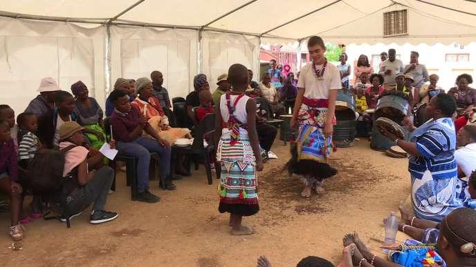 Kyle lors d'une cérémonie traditionnelle durant laquelle les guérisseurs entrent en transe.