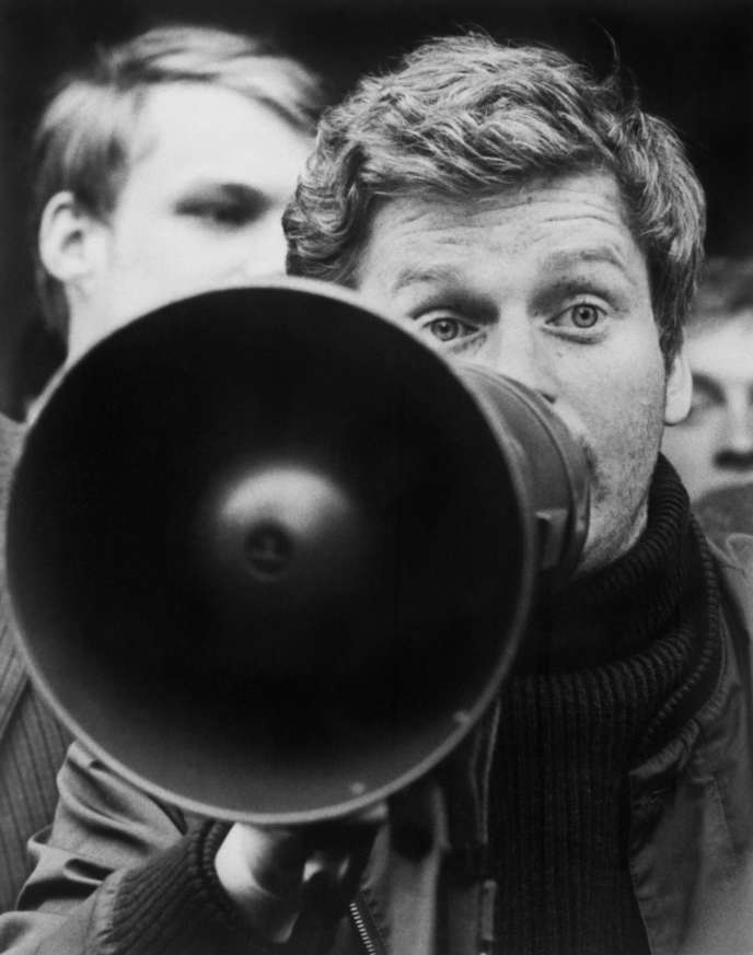 Daniel Cohn-Bendit proteste à la frontière franco-allemande, le 25 mai 1968, après s'être fait notifier par le sous-préfet de Forbach qu'il était interdit de séjour en France.