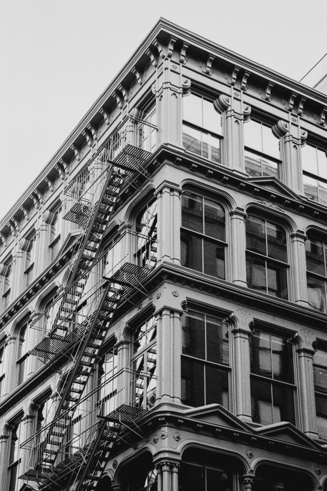Lafaçade aux soixante fenêtres du 101 Spring Street, à New York, un des derniers immeubles de SoHo qui n'ait pas été divisé en bureaux ou en appartements.