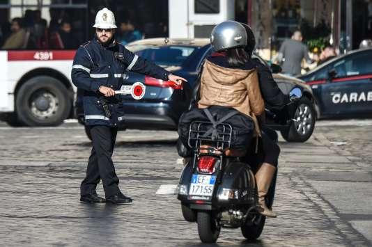 Contrôle policier pendant une journée de limitation du trafic pour réduire la pollution atmosphérique, le 29 décembre à Rome.