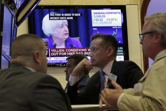 La présidente de la réserve fédérale américaine est suivie de près sur les écrans de la bourse de New York, le 16 décembre 2015, après l'annonce de la remontée des taux d'intérêt.