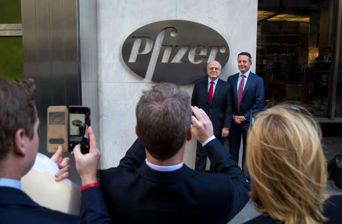 Ian Read, directeur de Pfizer. et Brent Saunders, président d'Allergan, devant le siège de Pfizer à New York, le lundi 23 novembre 2015, à l'occasion du rachat du fabricant du Botox par l'américain.