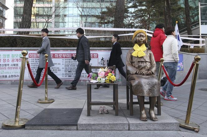 Une statue représentant une «femme de réconfort» devant l'ambassade du Japon à Séoul, lundi 28 décembre.