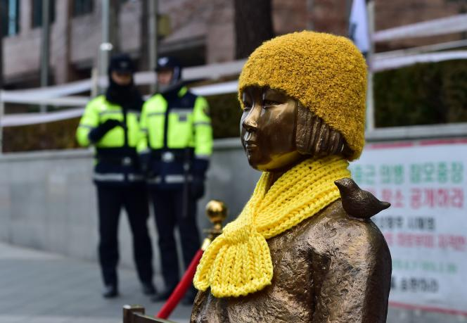 La statue « La Fille de la paix», des sculpteurs sud-coréens Kim Un-seong et Kim Seo-kyeong, devant l'ambassade du Japon à Séoul, le 29 février 2015.