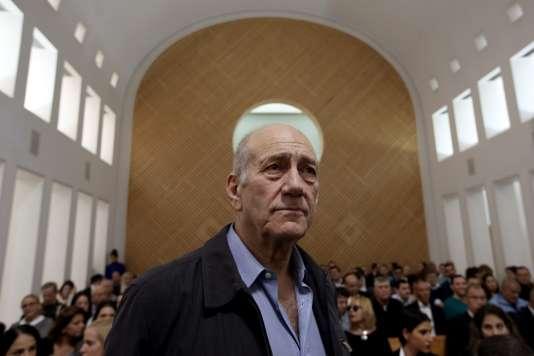 L'ancien premier ministre israélien Ehoud Olmert, accusé de corruption et d'entrave à la justice, face à la Cour suprême, le 29 décembre 2015.