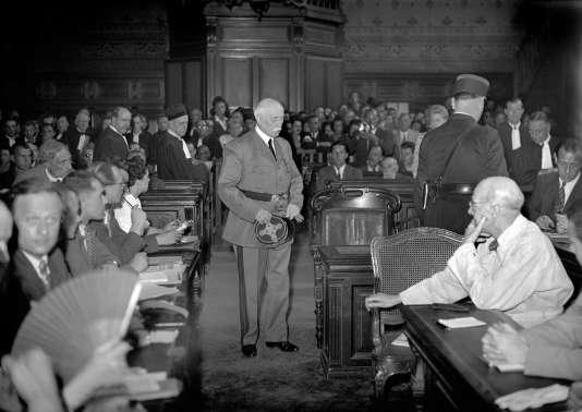 le Maréchal Philippe Pétain arrive dans la salle d'audience lors de son procès devant la Haute Cour de justice de Paris pour intelligence avec l'ennemi durant l'été 1945.