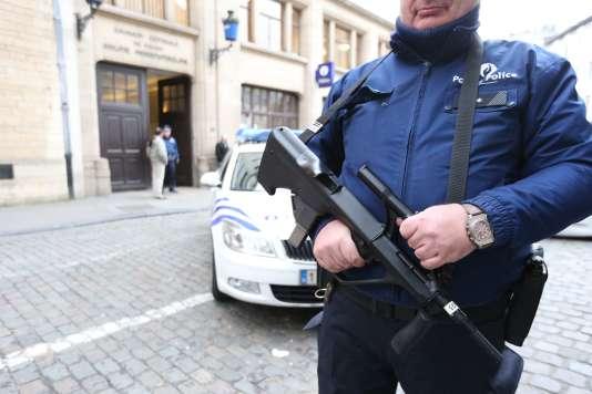 Policier belge en faction devant un commissariat de Bruxelles, le 29 décembre 2015.