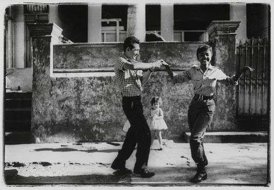 Cha-cha-cha dansé par Sara Gomez en tenue militaire, en1963.