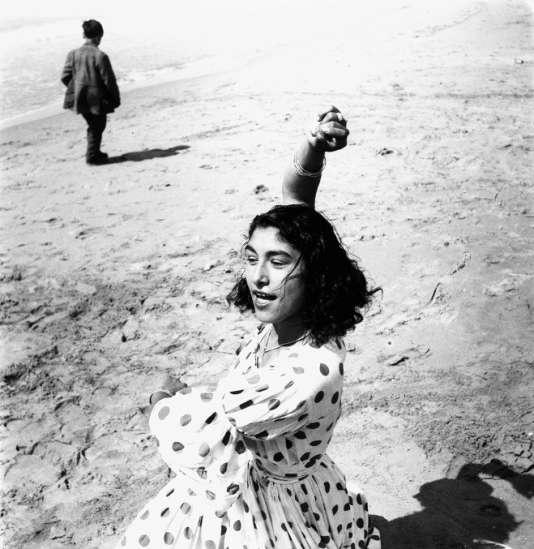 """Lucien Clergue, """"Draga en robe à pois"""", Les Saintes-Maries-de-la-Mer, 1957."""