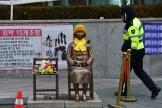 Un statue représentant une« femme de réconfort», érigée devant l'ambassade japonaise à Séoul, sur une phot de décembre 2015.