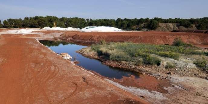 Vue générale prise le 8 octobre 2010 du site de Mange-Garri à Gardanne où des résidus de bauxite produisant des boues rouges sont stockés sous forme solide par l'unique usine française de traitement de minerai de bauxite .