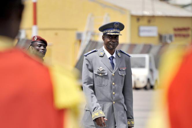 Le général Gilbert Diendéré à l'aéroport de Ouagadougou, le 18 septembre.