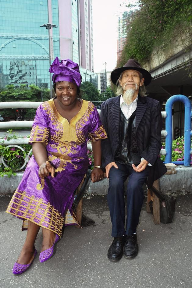 """Canton, le 1er novembre 2012, sur la passerelle piétonnière de Xiabeilu. """"J'ai commencé à travailler sur ce pont en 2009. Un bon endroit, car beaucoup d'Africains aimaient s'y faire photographier"""", explique Zeng Xian Fang, l'auteur de ce cliché."""