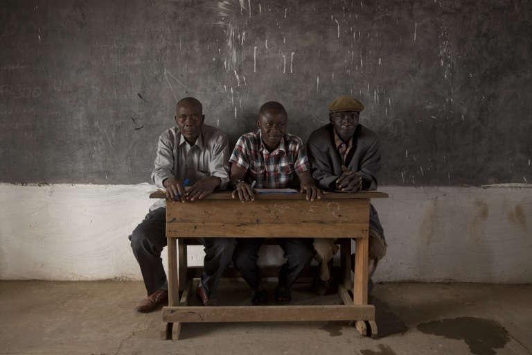 Des observateurs des partis politiques dans un bureau de vote de l'école Koudoukou, dans le quartier musulman de PK5.