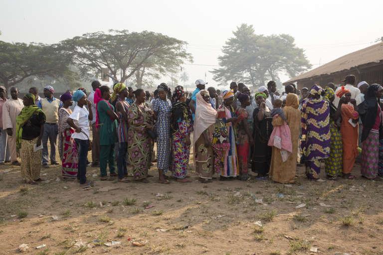 Des électeurs font la queue pour voter à l'école Koudoukou dans le quartier musulman de PK5