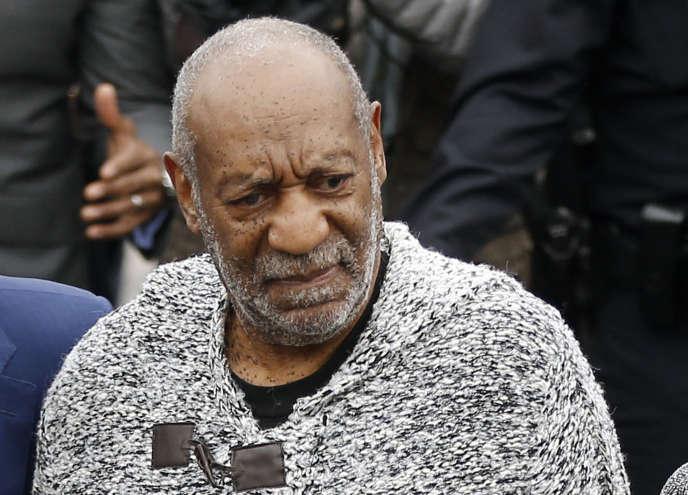 La star de la télévision Bill Cosby – ici arrivant à la cour le 30 décembre 2015–, 79 ans, est accusée par des dizaines de femmes d'agressions sexuelles, pour certaines remontant aux années 1960.