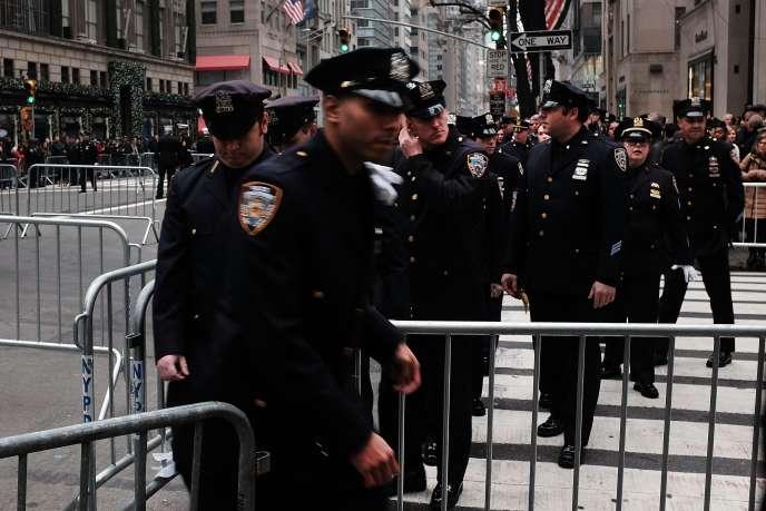 Des policiers à New York, le 30 décembre.