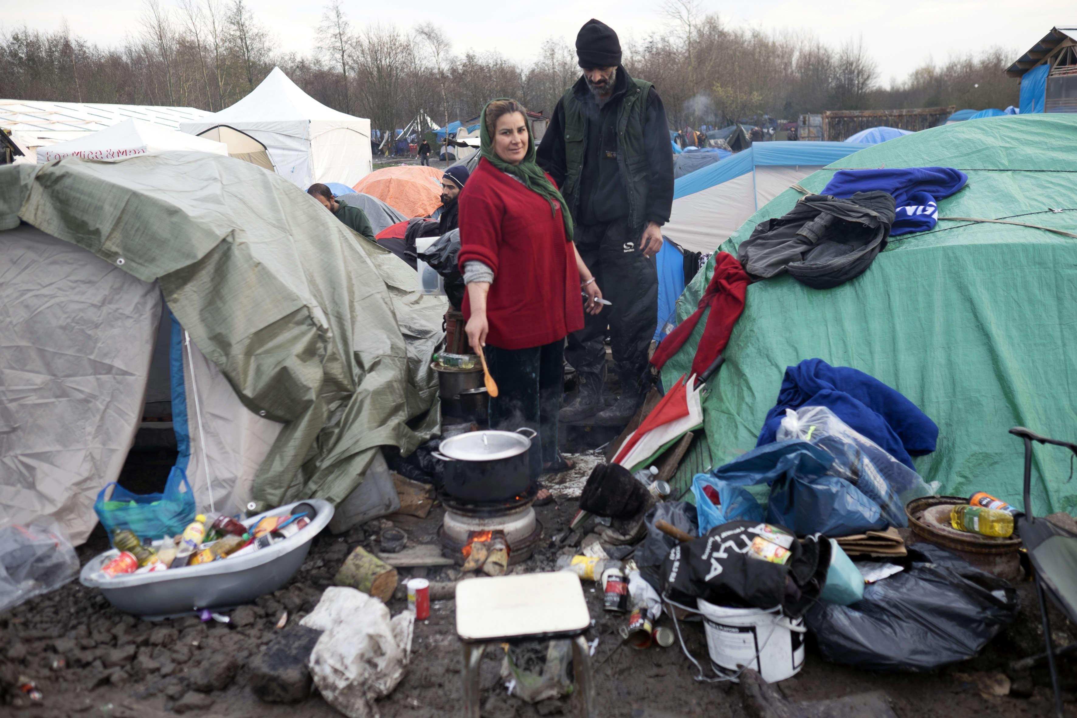 Aux portes de Dunkerque, à 30kilomètres de la jungle de Calais, ils s'entassent dans la boue et le froid, l'humidité et le vent.