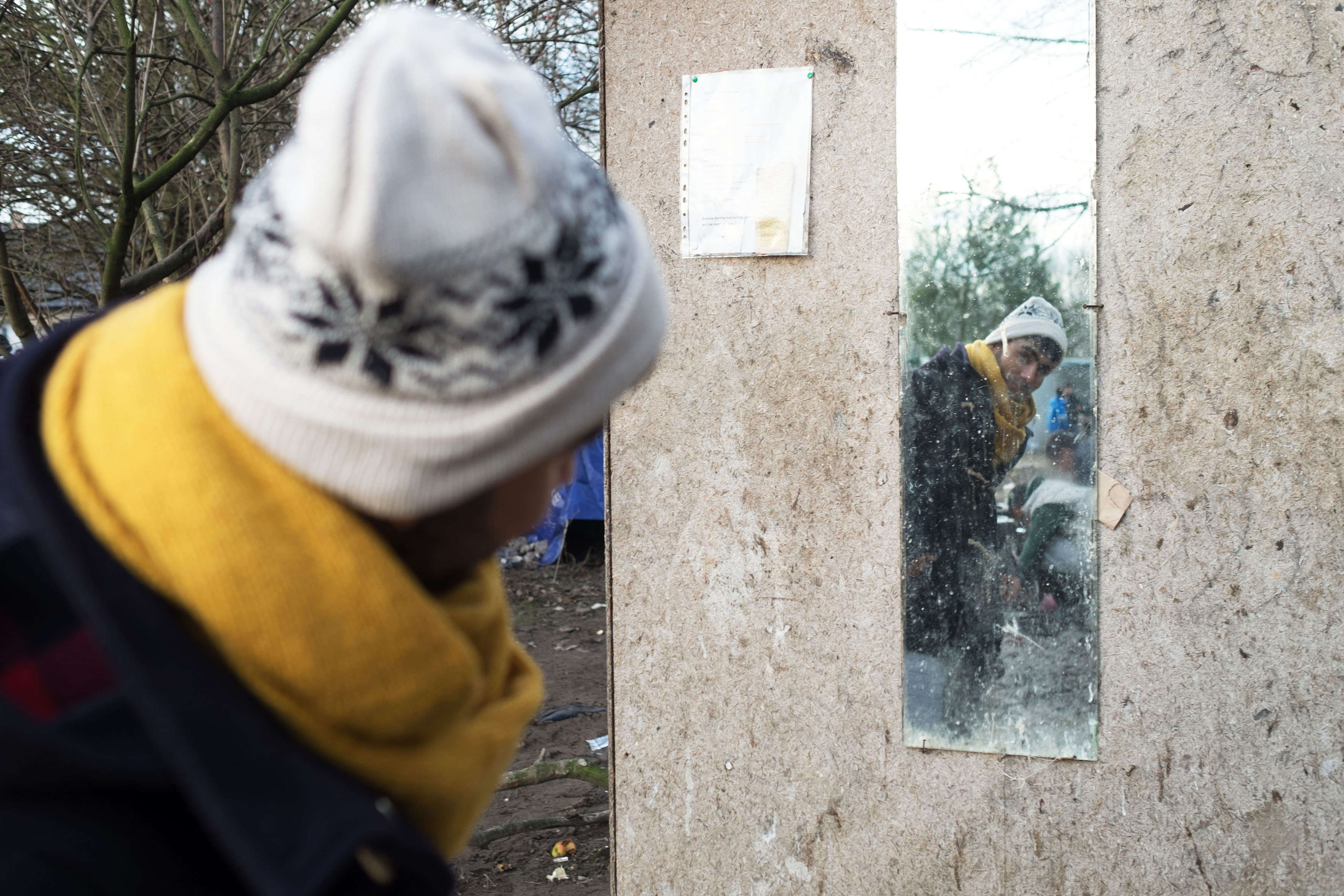 Planté au bout de nulle part à l'entrée du camp, ce miroir est une étape obligatoire. On s'y regarde avant de «sortir en ville», on s'y recoiffe. Comme un rappel de l'humanité perdue par cette vie dans la boue.