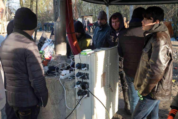 Indispensable lien avec l'extérieur, les téléphones portables sont rechargés au seul point d'électricité du camp.