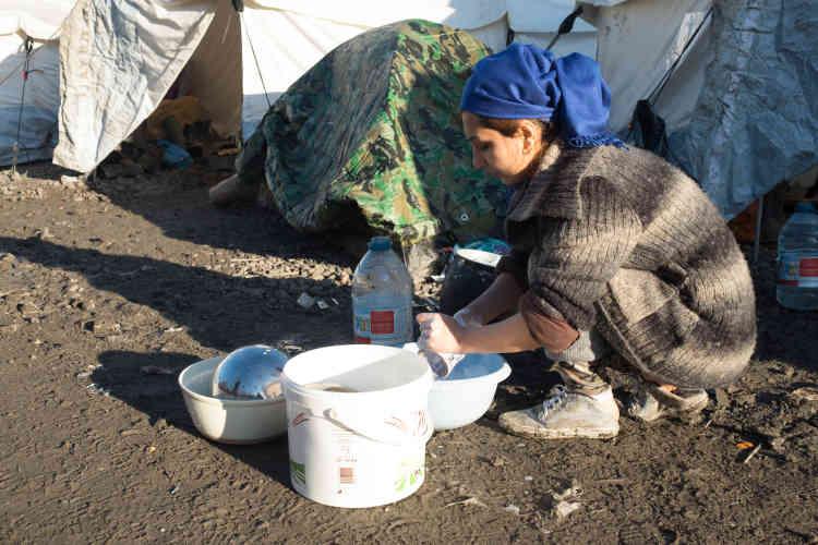 Les tentes sont petites, basses. Chacun apporte près de lui quelques litres d'eau pour éviter les allers-retours vers le point sanitaire.