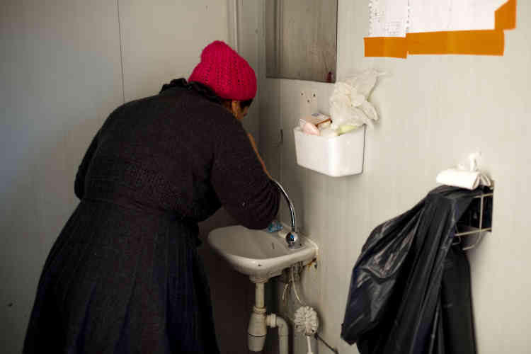 Un lavabo, quelques gouttes d'eau... La douche est un luxe rare en attendant qu'un coin spécifique pour les femmes et les enfants soit mis en place par MSF.
