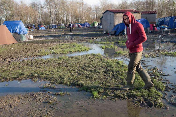 A Grande-Synthe, près de 3000migrants, essentiellement kurdes, vivent les pieds dans l'eau non loin du centre-ville.