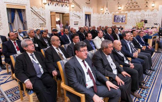 Des membres de l'opposition syrienne lors de leur rencontre à Riyad, le 10décembre.