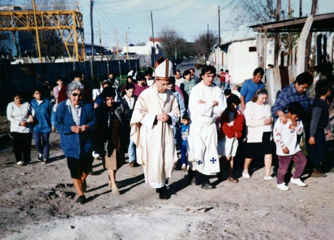 Jorge Mario Bergoglio en visite dans le bidonville