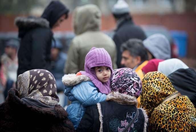 Des réfugiés d'Afghanistan lors d'une distribution de vêtements par une association au Bureau d'Etat pour la santé et les affaires sociales de Berlin, le 14 décembre 2015.