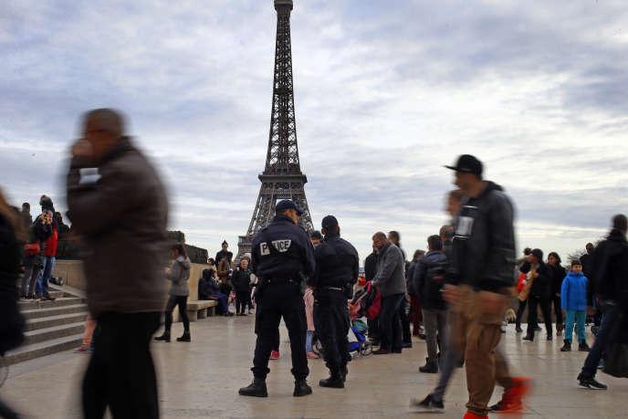 Des policiers, au Trocadéro le 30 décembre.