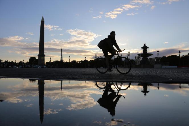 Un cycliste, place de la Concorde, à Paris, le 14septembre 2015.