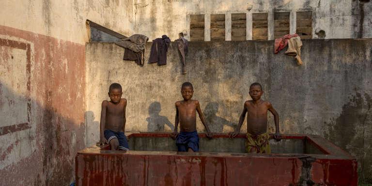 Dans les locaux désaffectés d'une entreprise ayant fait faillite, à Bangui, le 25 décembre.
