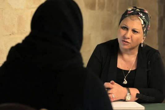 Dounia BOUZAR, Directrice du Centre de Prévention contre les dérives sectaires . Certains islamistes radicaux repentis sont revenus en France et livrent leur expérience au sein de ce régime qu'ils qualifient de nazi (BONNE PIOCHE).
