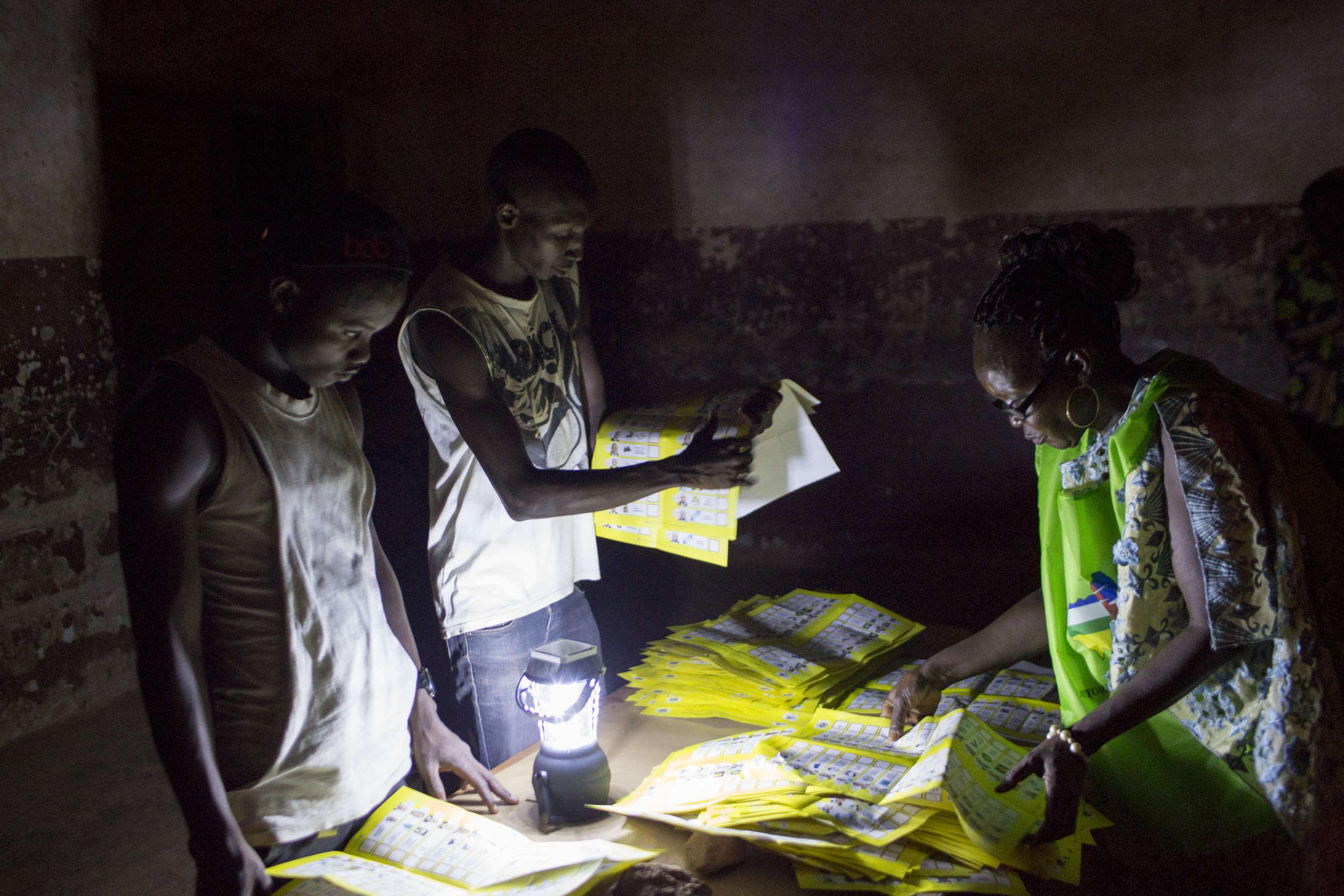 Le décompte a commencé dans la nuit à l'école Saint-François de Bangui. Les résultats ne devraient pas être connus avant une semaine.