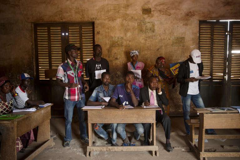 Des observateurs électoraux lors du vote à l'école Koudoukou à Bangui, le 30 décembre.