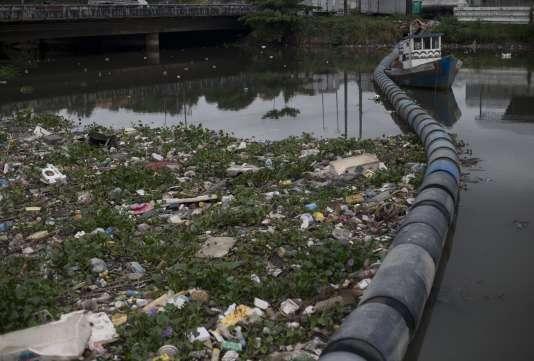 La baie polluée de Guanabara Bay, à  Rio de Janeiro, en novembre 2015.