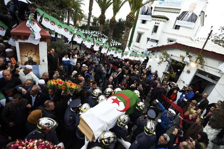 Des pompiers portent le cercueil de Hocine Aït Ahmed, le 31décembre2015 à Alger.