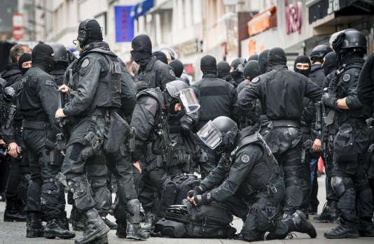 Des policiers de la BRI se préparent à donner l'assaut de l'appartement de Saint-Denis dans lequel Abdelhamid Abaaoud, Hasna Aït Boulahcen et un troisième complice ont trouvé refuge, le 18novembre.