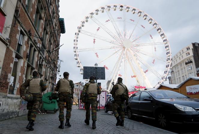 Des soldats patrouillent sur un marché de Noël, à Bruxelles, le 24décembre.