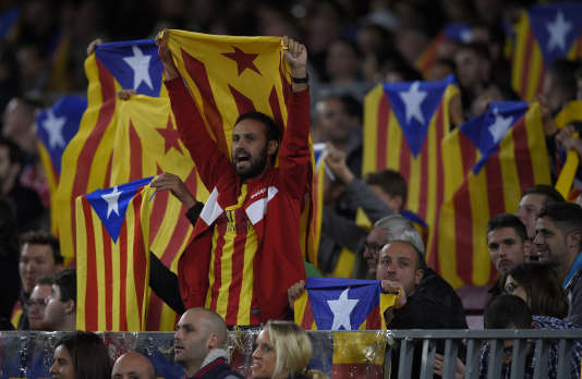 Des supporteurs barcelonais avec le drapeau de la Catalogne indépendante.