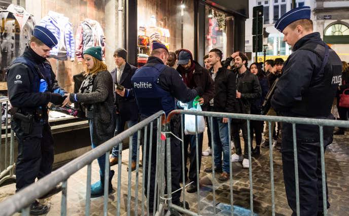 Des agents de police contrôlent les entrées sur la Grand-Place à Bruxelles, le soir du 31 décembre 2015.