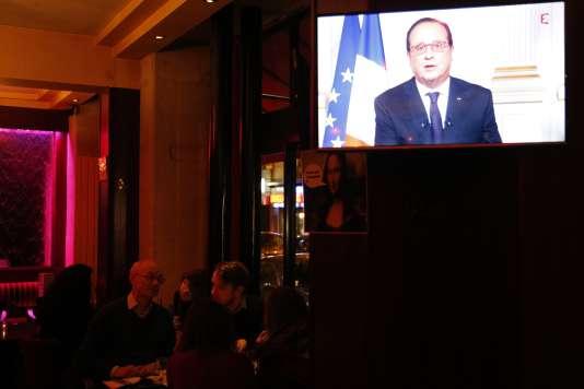 François Hollande lors de ses voeux aux Français pour 2016, le 3& décembre, vu d'un écran de télévision dans un restaurant.