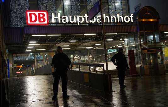 Une patrouille de police, devant la gare centrale de Munich, le 31décembre2015.