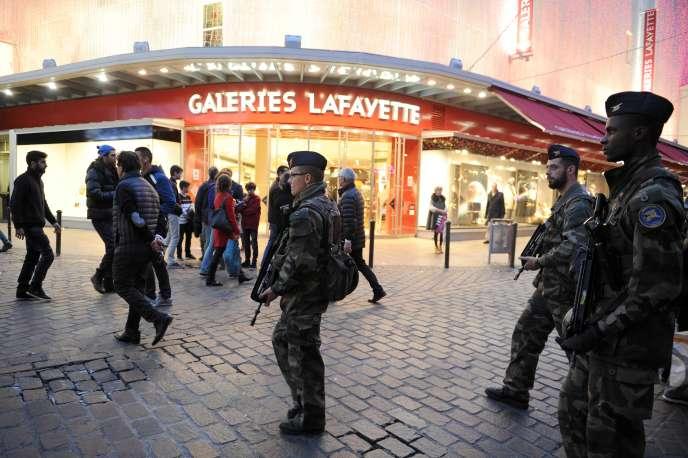 Soldats participant à l'opération Sentinelle, le 31 décembre 2015, à Toulouse.