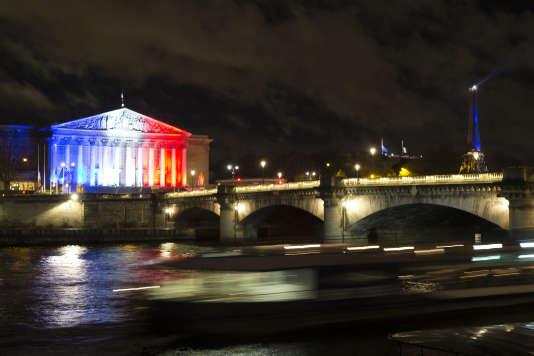 Le frontispice de l'Assemblée nationale illuminé en hommage aux victimes des attentats de Paris et de Saint-Denis, le 17 novembre 2015.